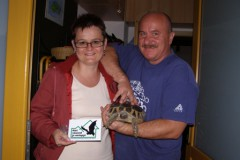 Manželé Běhounkovi s plaketou Náš soused je netopýr.