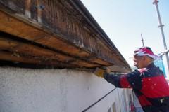 Odstaňování starého obložení střechy.