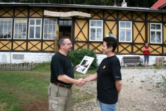 Předání plakety Náš soused je netopýr Evelýně Vozábalové ze Správy jeskyní Na Špičáku.
