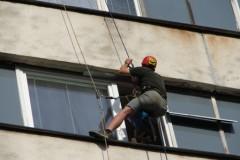 Zabezpečování zimoviště netopýra rezavého v panelovém domě v Žatci - úprava spáry nad oknem.