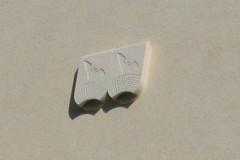Dřevocementové budky pro netopýry na fasádě domu.